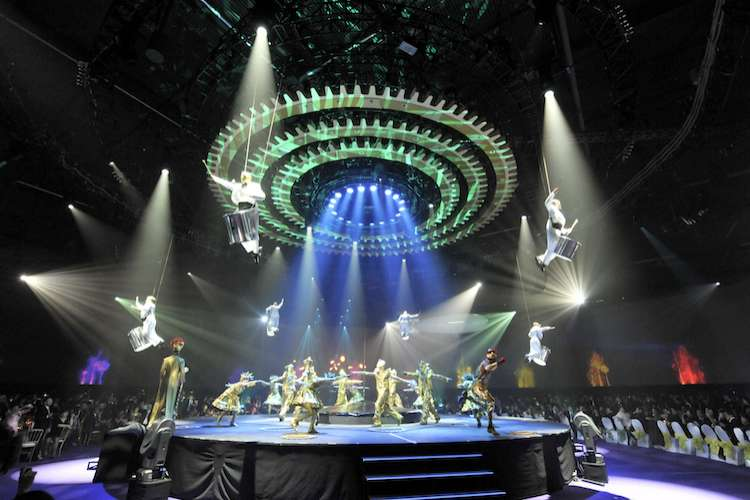 Image of a stage with an acrobatic performance.