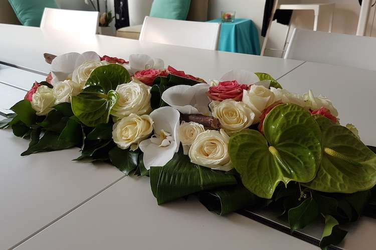 Flower arrangement with mix of white and red flowers on a superyacht dinner table