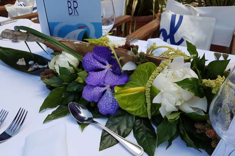 Flower arrangement with mix of white and blue flowers on a dinner table